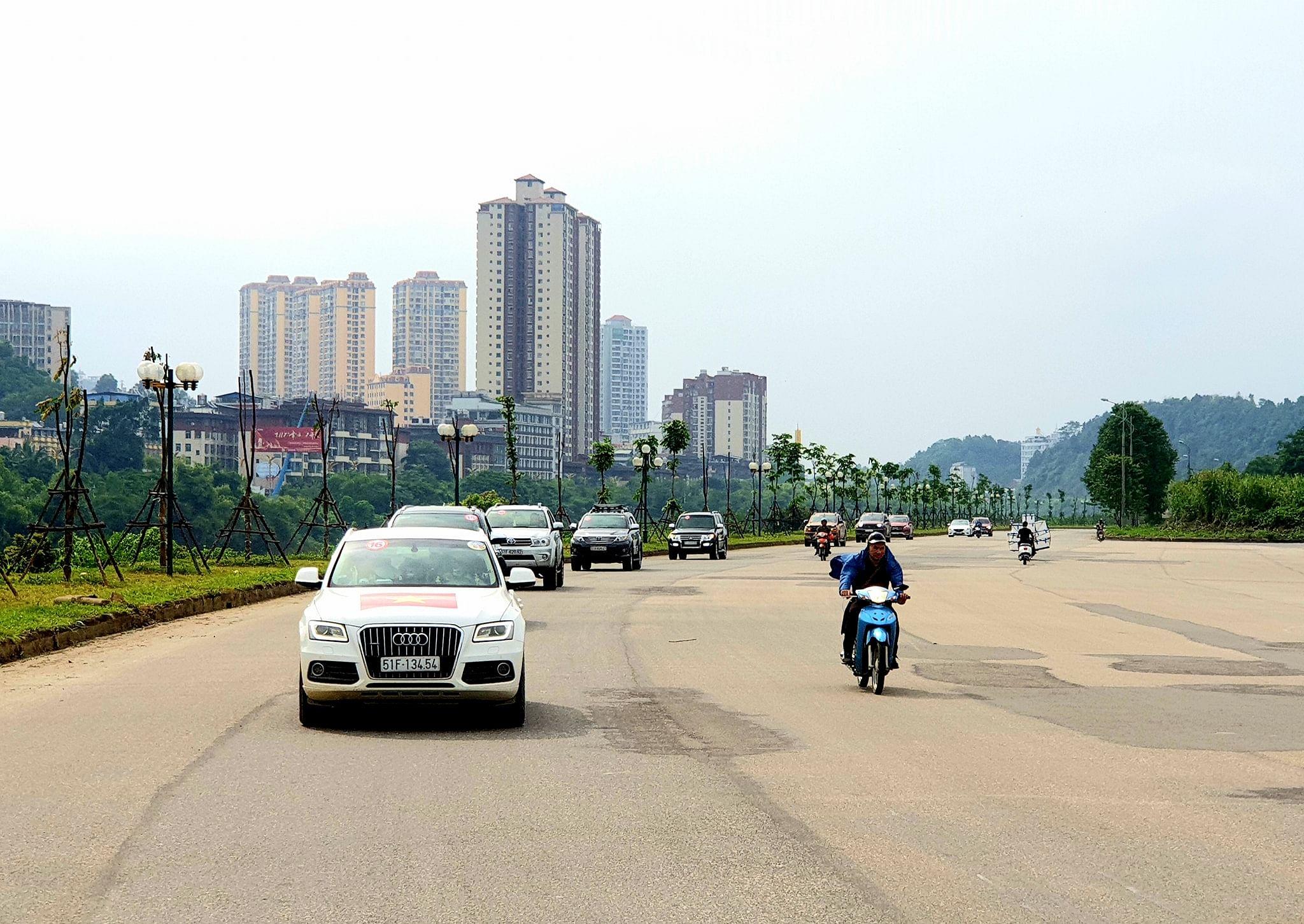 hình ảnh caravan tây bắc-y-tý-đường-ven-sông-hồng-cạnh-hà-khẩu-tq-01